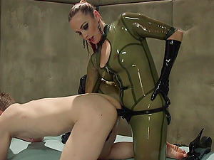 Bella Rossi in latex adores torture and BDSM game with a dude