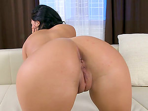 Hot dark haired Amabella frigs her beaver and playthings her asshole