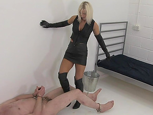 Mistress Vixen wants to experience spanking for the best pleasure
