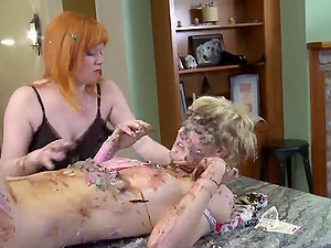 The food  fetish before sex is very welcome for lesbian Ava Mir-Ausziehen