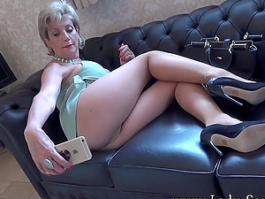Lady Sonia rubs her pussy in pantyhose