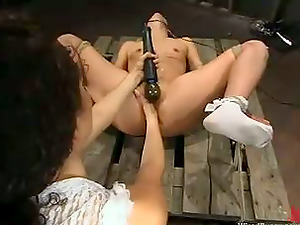 Leah Luv gets her snatch pounded by a bang-out machine and fisted