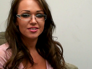 Hook-up diva in glasses gargles and gets facialized